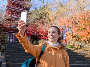 Foreign tourists use a smartphone