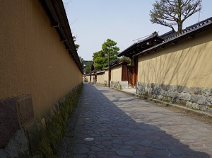Alley with earthen walls
