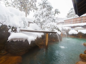An outdoor bath in Hirayu in winter