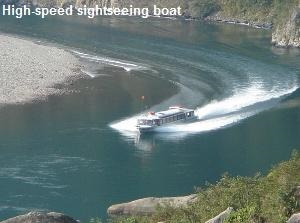 High-speed sightseeing boat in Goro-kyo